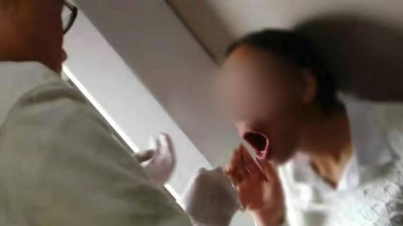 Cười quá mức, một phụ nữ không ngậm được mồm Ảnh 2