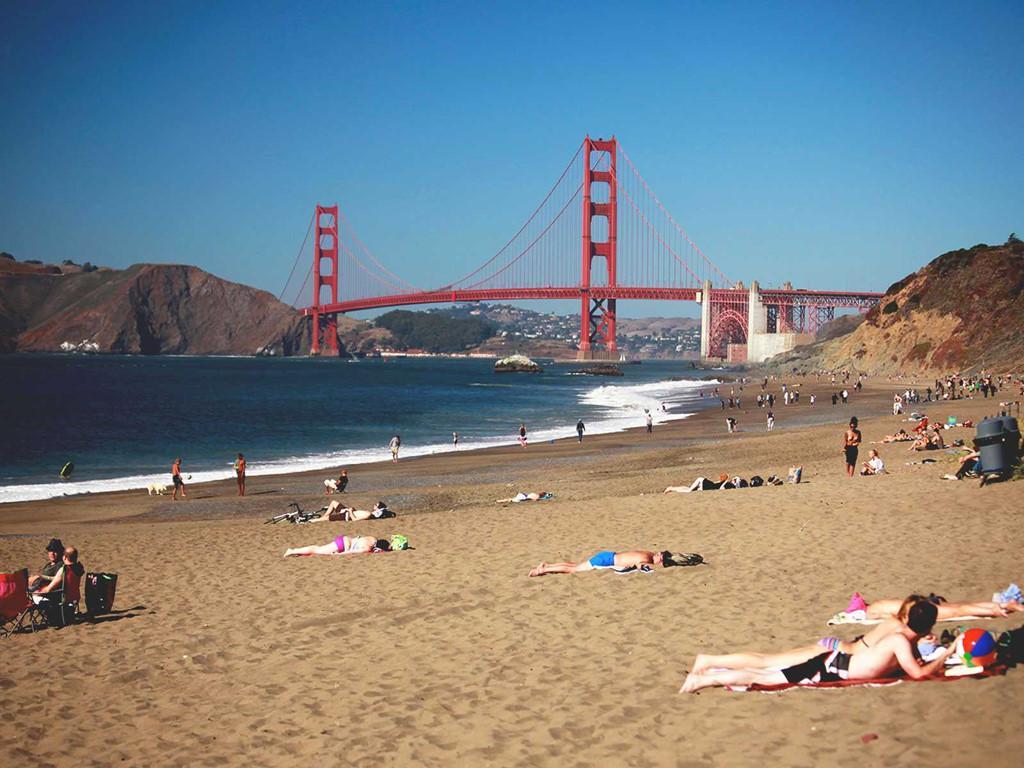 Những bãi biển cho phép du khách tắm khỏa thân nổi tiếng thế giới Ảnh 1
