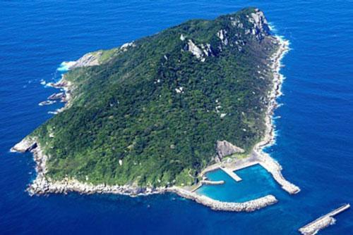 Hòn đảo kỳ lạ ở Nhật Bản không cho phép phụ nữ đặt chân đến Ảnh 1