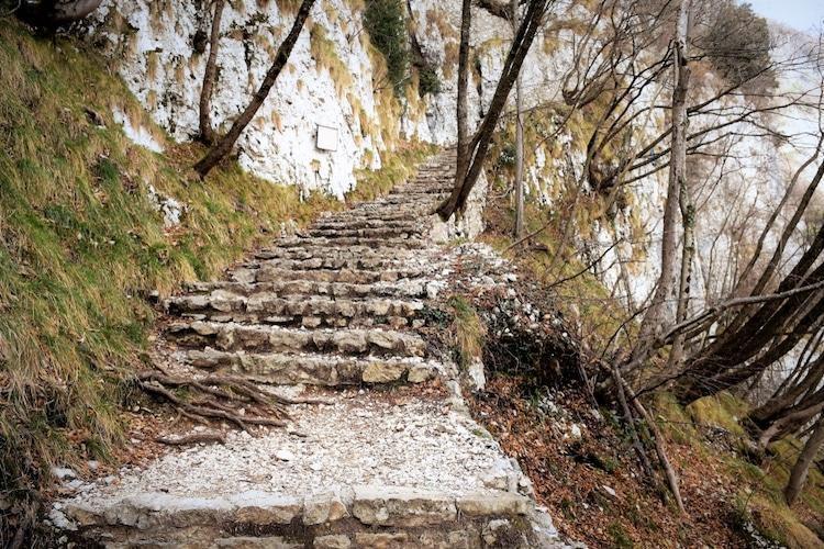 Tọa lạc trên vách núi treo leo, nhà thờ thế kỷ 16 của Ý thực sự rời xa cõi trần tục Ảnh 5