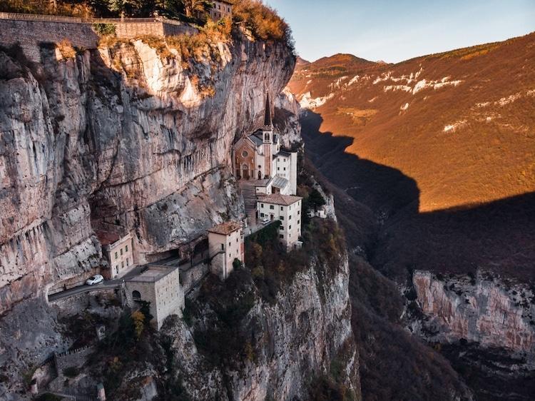 Tọa lạc trên vách núi treo leo, nhà thờ thế kỷ 16 của Ý thực sự rời xa cõi trần tục Ảnh 2