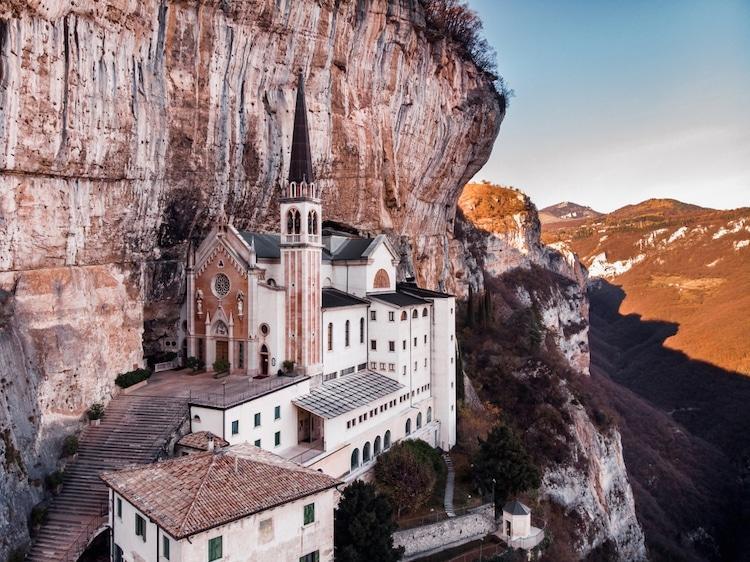 Tọa lạc trên vách núi treo leo, nhà thờ thế kỷ 16 của Ý thực sự rời xa cõi trần tục Ảnh 1