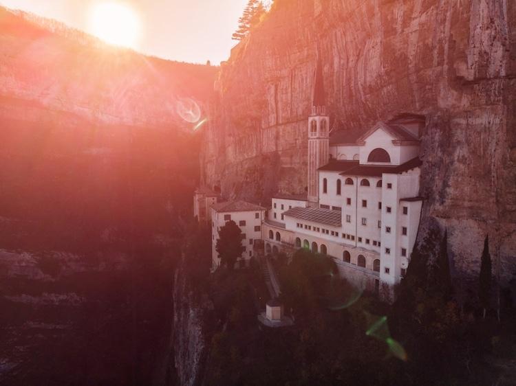 Tọa lạc trên vách núi treo leo, nhà thờ thế kỷ 16 của Ý thực sự rời xa cõi trần tục Ảnh 7