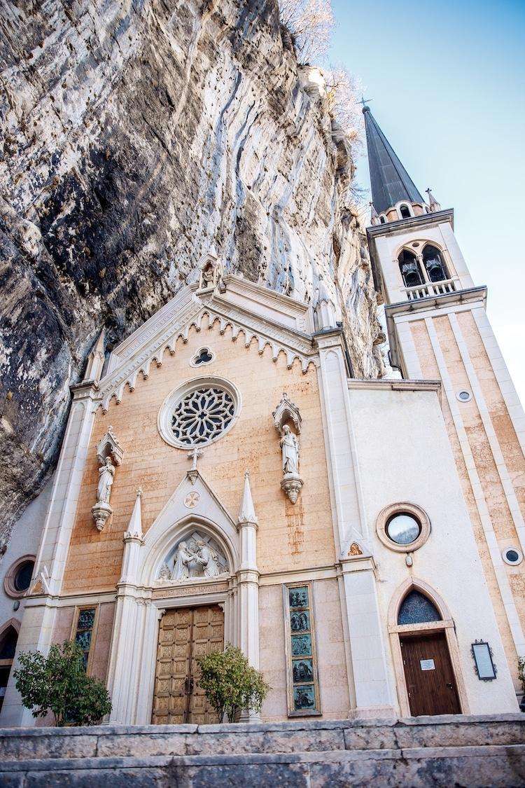 Tọa lạc trên vách núi treo leo, nhà thờ thế kỷ 16 của Ý thực sự rời xa cõi trần tục Ảnh 6