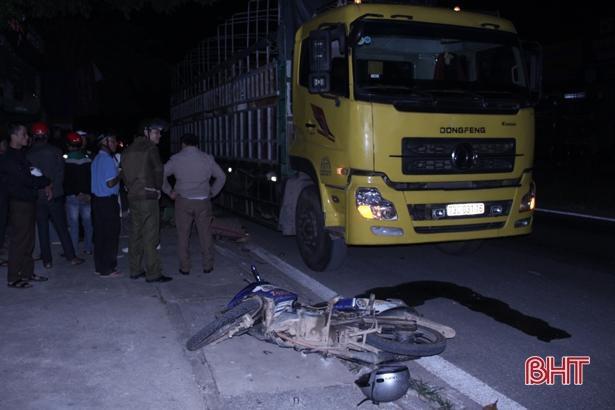 Xe máy kẹp 3 đâm xe tải dừng bên đường, chú cháu ruột tử vong tại chỗ Ảnh 1