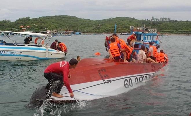 Tàu du lịch va chạm sà lan, 3 du khách được cứu nạn khi rơi xuống biển Ảnh 1