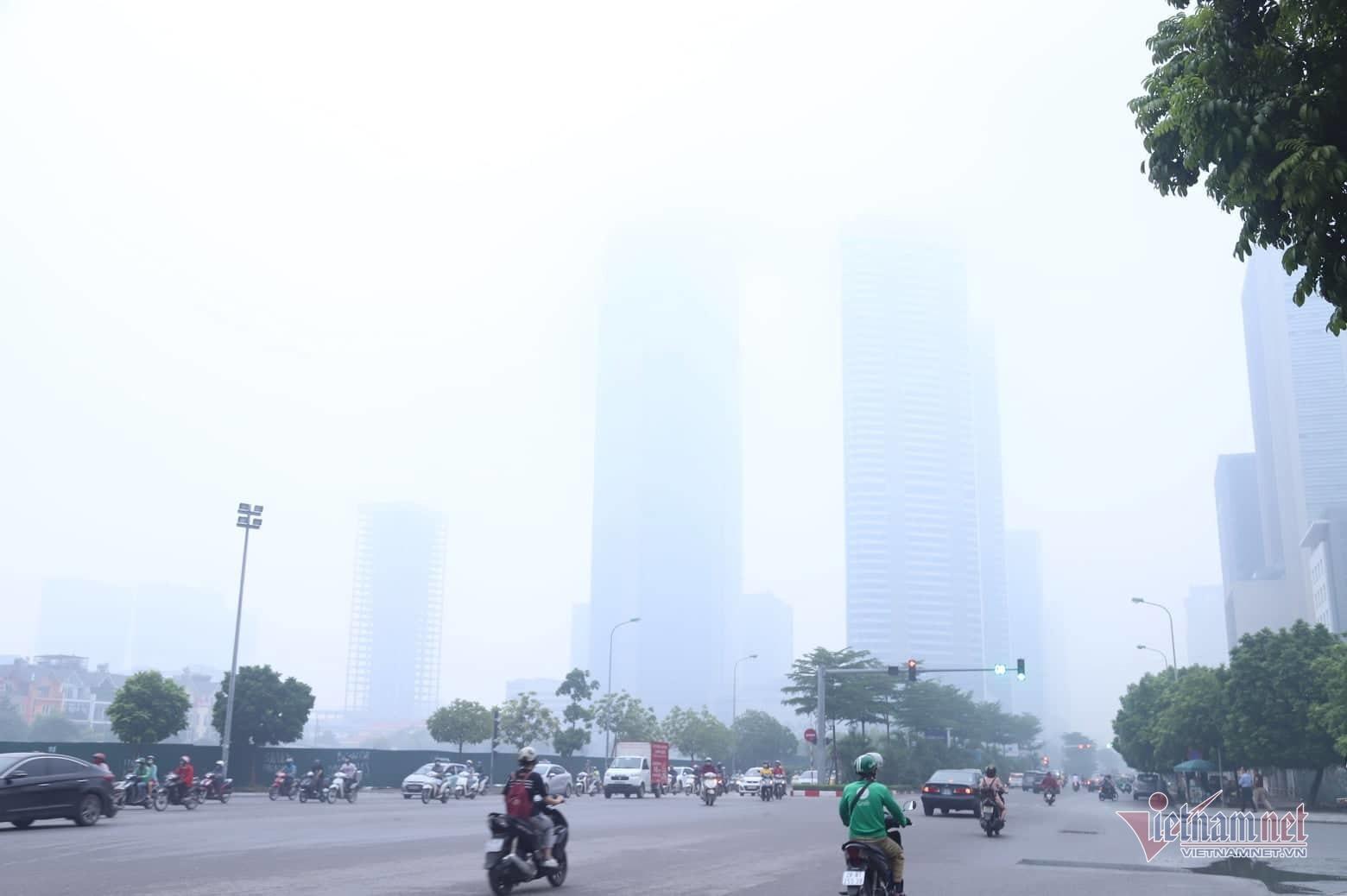 Sương mù giăng phủ Hà Nội, cao ốc mất hút Ảnh 1