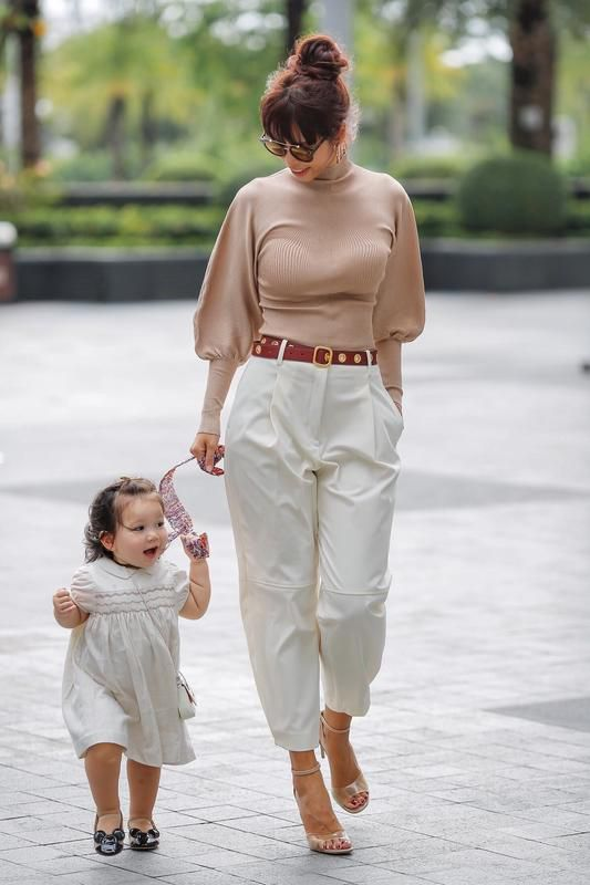 Phong cách thời trang sanh chảnh của mẹ con siêu mẫu Hà Anh khi xuống phố Ảnh 3