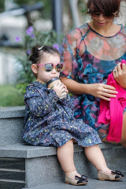 Phong cách thời trang sanh chảnh của mẹ con siêu mẫu Hà Anh khi xuống phố Ảnh 7