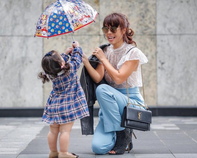 Phong cách thời trang sanh chảnh của mẹ con siêu mẫu Hà Anh khi xuống phố Ảnh 10
