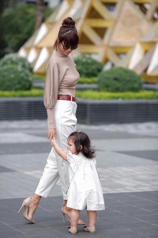Phong cách thời trang sanh chảnh của mẹ con siêu mẫu Hà Anh khi xuống phố Ảnh 2