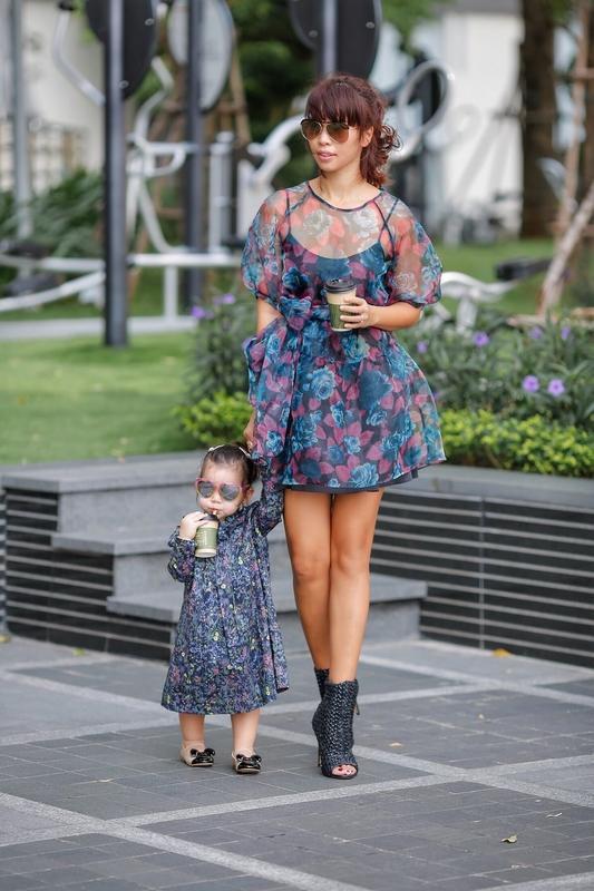 Phong cách thời trang sanh chảnh của mẹ con siêu mẫu Hà Anh khi xuống phố Ảnh 8