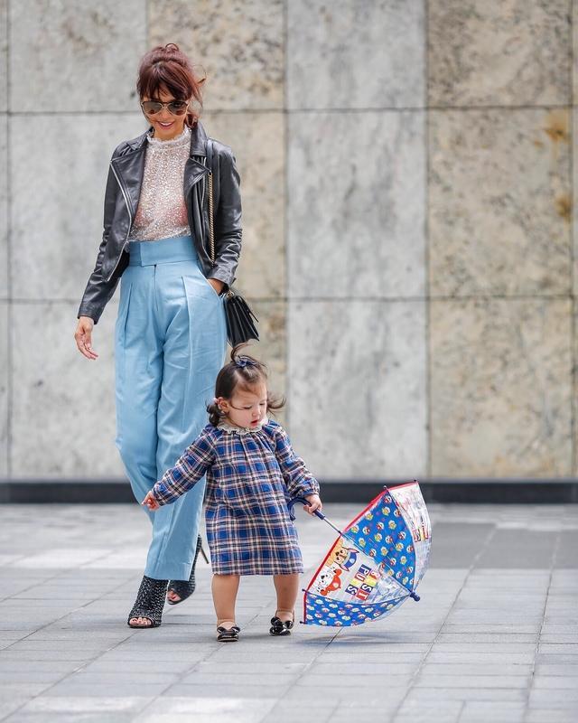 Phong cách thời trang sanh chảnh của mẹ con siêu mẫu Hà Anh khi xuống phố Ảnh 11