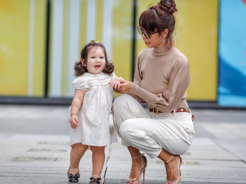 Phong cách thời trang sanh chảnh của mẹ con siêu mẫu Hà Anh khi xuống phố Ảnh 4