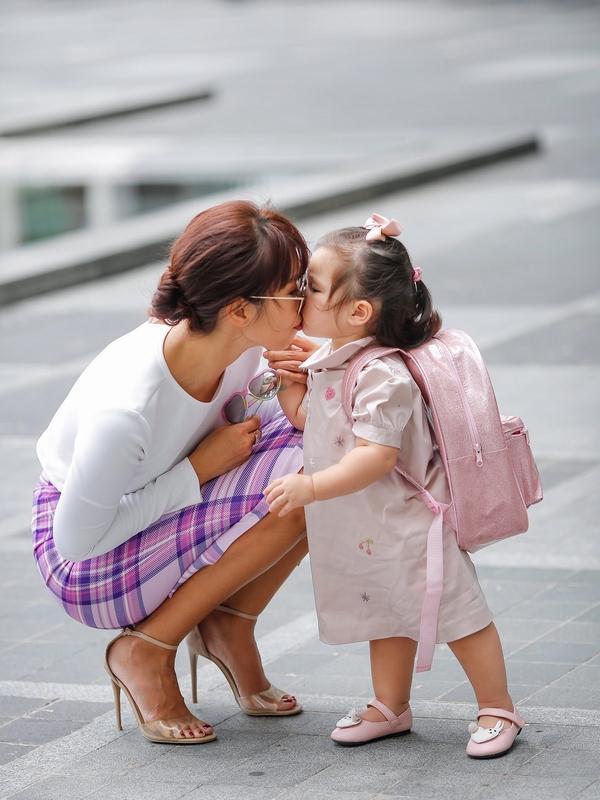 Phong cách thời trang sanh chảnh của mẹ con siêu mẫu Hà Anh khi xuống phố Ảnh 6