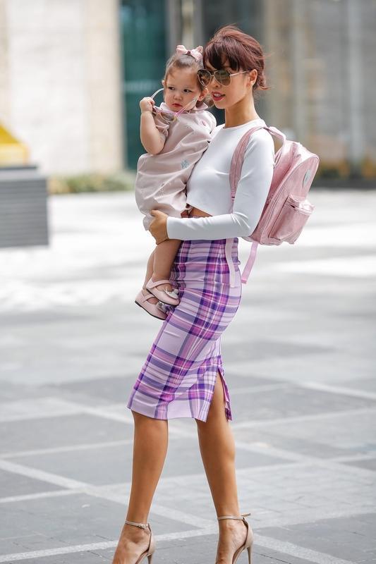 Phong cách thời trang sanh chảnh của mẹ con siêu mẫu Hà Anh khi xuống phố Ảnh 5