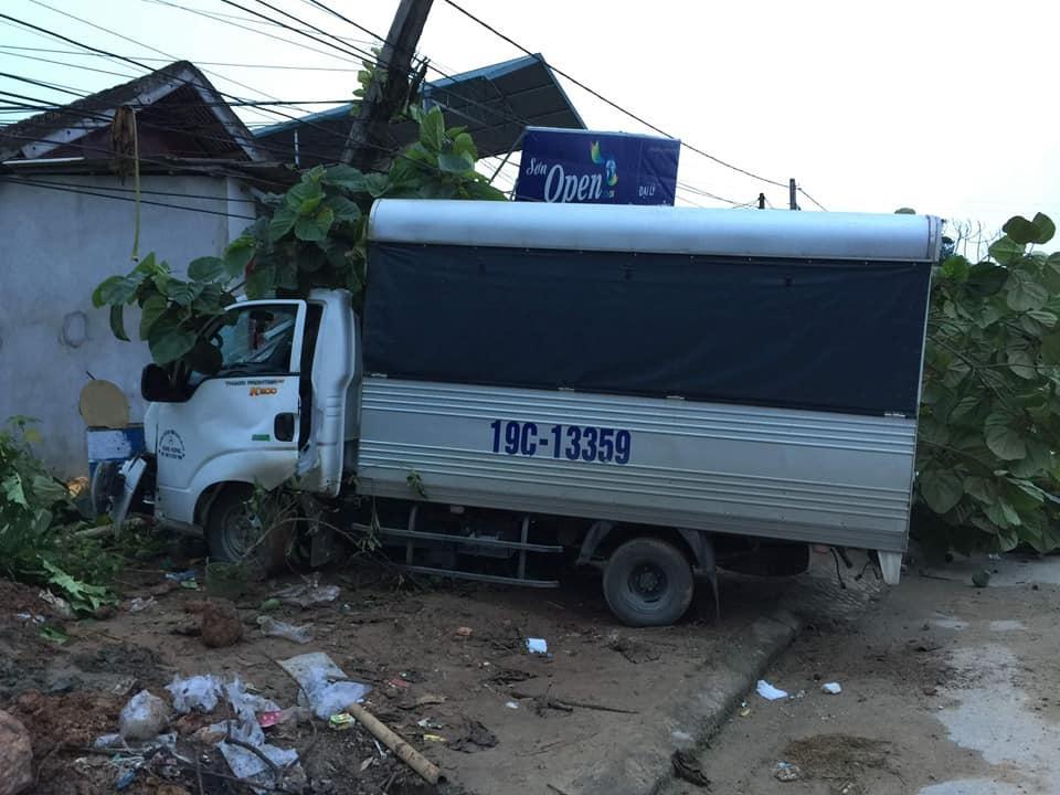 Yên Bái: Xe tải mất lái tông vào nhà dân Ảnh 1