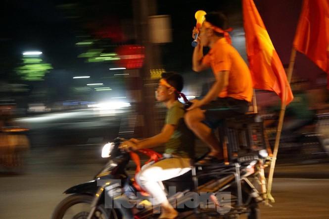 Cảnh sát trắng đêm chống đua sau trận Việt Nam thắng Malaysia Ảnh 1