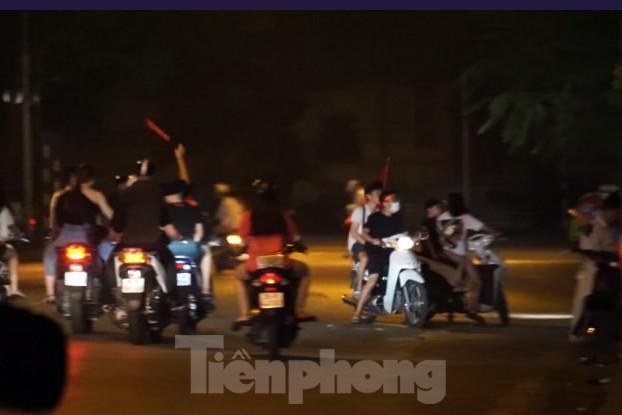 Cảnh sát trắng đêm chống đua sau trận Việt Nam thắng Malaysia Ảnh 8