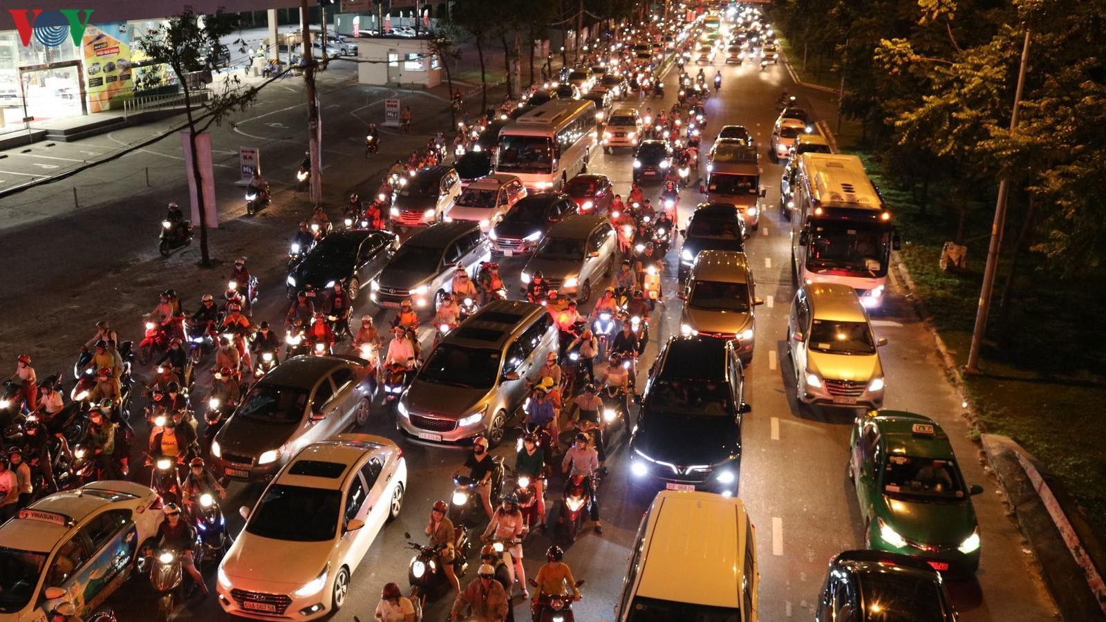 Khó có thể giải quyết triệt để kẹt xe trên đường Nguyễn Hữu Cảnh Ảnh 2