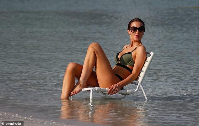 Helen Flanagan khoe dáng nuột nà mê đắm với bikini Ảnh 3