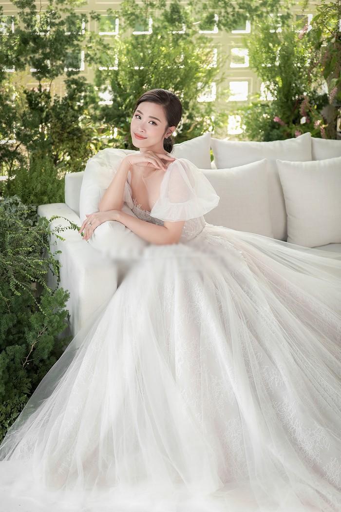 Góc thú vị: Thì ra váy cưới Đông Nhi là phiên bản 'chị em' với đầm cưới Nhã Phương Ảnh 1