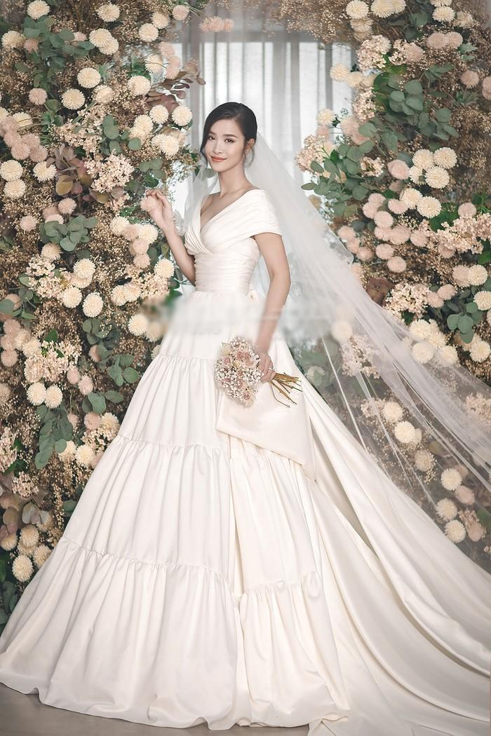 Góc thú vị: Thì ra váy cưới Đông Nhi là phiên bản 'chị em' với đầm cưới Nhã Phương Ảnh 6