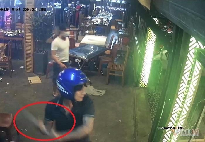 6 thanh niên vác gậy sắt lao vào quán nhậu ở Đà Nẵng đập phá Ảnh 1