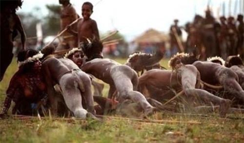 Những bộ tộc có tập tục 'quan hệ' kỳ quặc nhất thế giới Ảnh 3