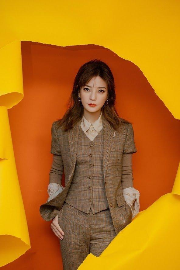 'Soái ca' Triệu Vy lịch lãm với suit nâu khiến fans đổ rầm rầm tại sự kiện Ảnh 2