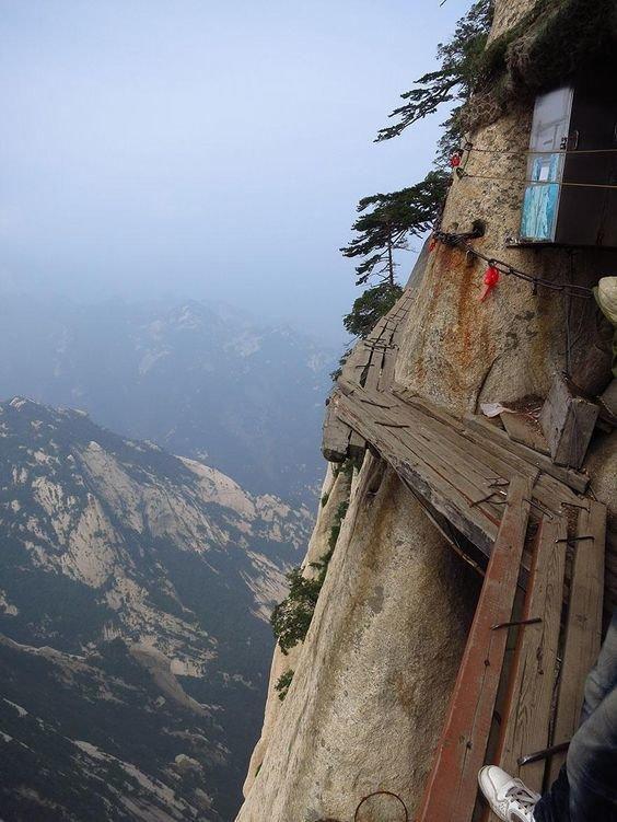 Nữ sinh mất mạng khi selfie trên đỉnh núi 2.000 mét Ảnh 2