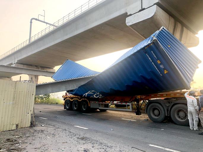Vụ sập cầu bộ hành Suối Tiên: Đơn vị thi công thỏa thuận bồi thường cho tài xế xe container Ảnh 1