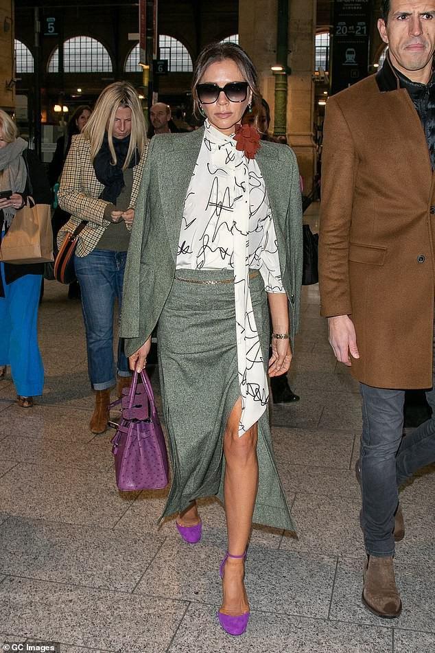 Victoria Beckham diện đầm xẻ cao thanh lịch sải bước trên phố ướt mưa Ảnh 1