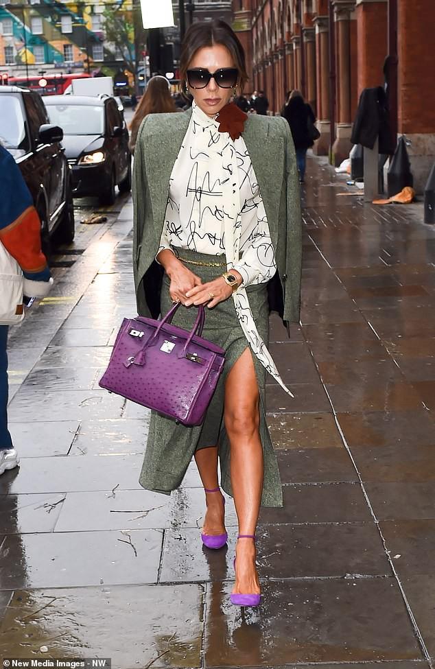 Victoria Beckham diện đầm xẻ cao thanh lịch sải bước trên phố ướt mưa Ảnh 3