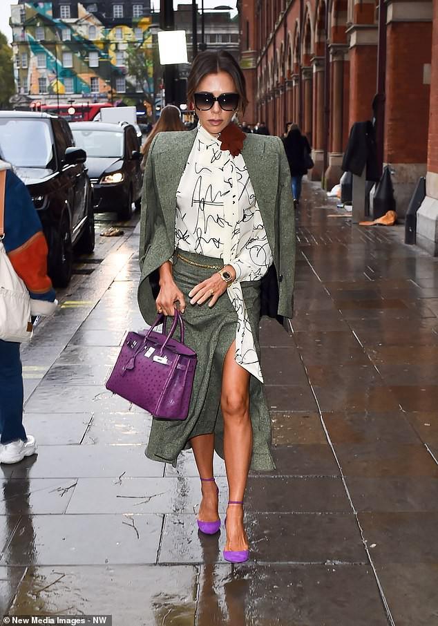 Victoria Beckham diện đầm xẻ cao thanh lịch sải bước trên phố ướt mưa Ảnh 7