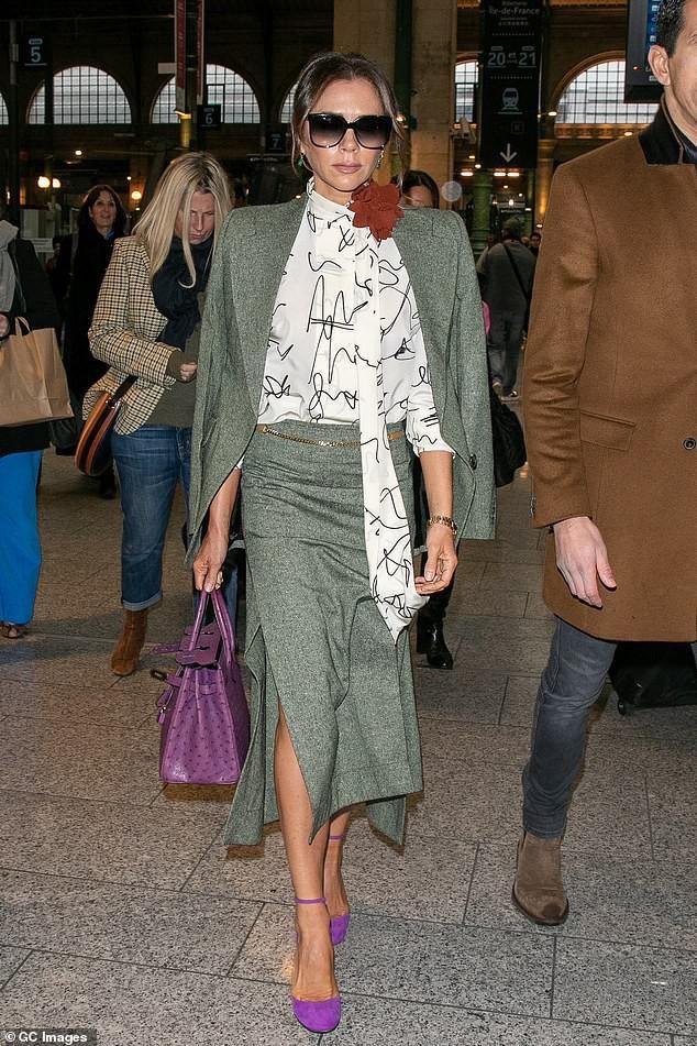 Victoria Beckham diện đầm xẻ cao thanh lịch sải bước trên phố ướt mưa Ảnh 2