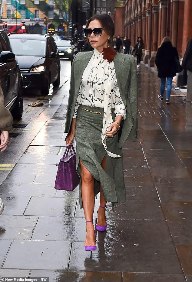 Victoria Beckham diện đầm xẻ cao thanh lịch sải bước trên phố ướt mưa Ảnh 5
