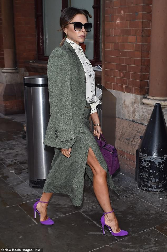 Victoria Beckham diện đầm xẻ cao thanh lịch sải bước trên phố ướt mưa Ảnh 6