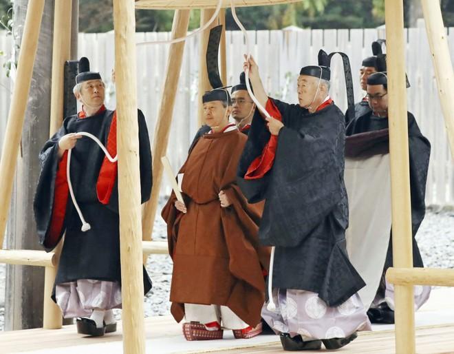 Nhật hoàng báo cáo với thần linh việc hoàn tất nghi lễ đăng cơ Ảnh 1