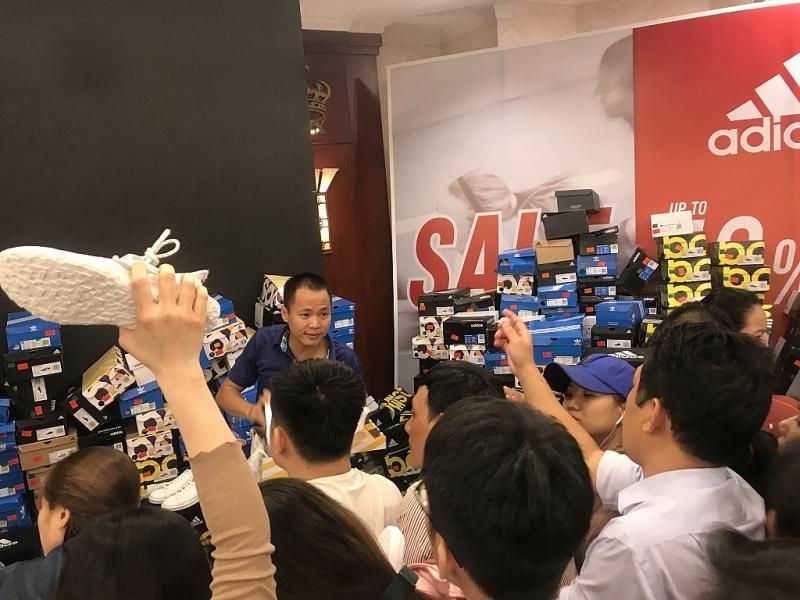 TPHCM: Chen chân mua sắm hàng hiệu tại ngày hội Black Friday sớm Ảnh 3