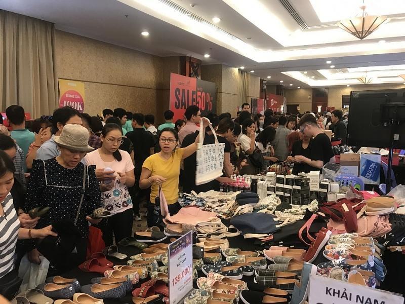 TPHCM: Chen chân mua sắm hàng hiệu tại ngày hội Black Friday sớm Ảnh 6