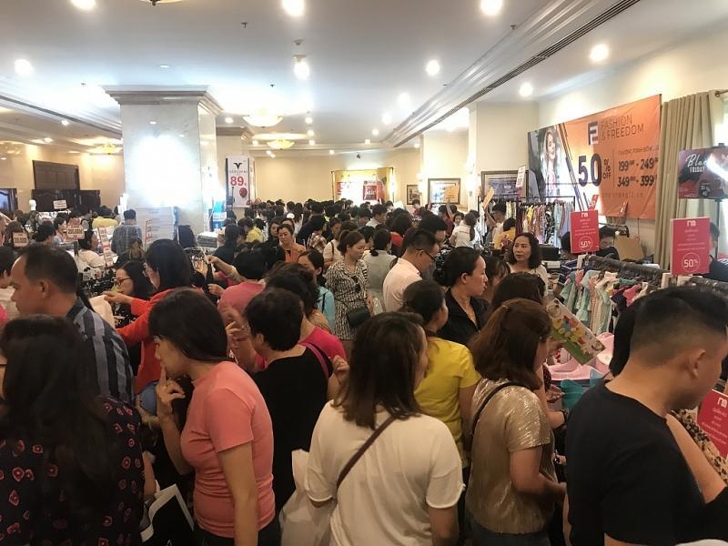 TPHCM: Chen chân mua sắm hàng hiệu tại ngày hội Black Friday sớm Ảnh 1