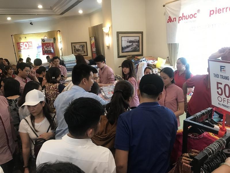 TPHCM: Chen chân mua sắm hàng hiệu tại ngày hội Black Friday sớm Ảnh 4