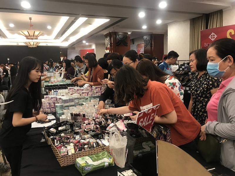 TPHCM: Chen chân mua sắm hàng hiệu tại ngày hội Black Friday sớm Ảnh 8