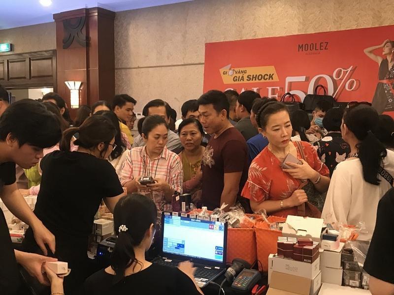 TPHCM: Chen chân mua sắm hàng hiệu tại ngày hội Black Friday sớm Ảnh 9