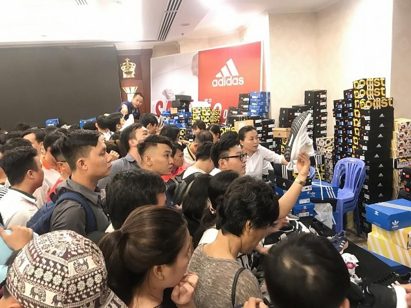 TPHCM: Chen chân mua sắm hàng hiệu tại ngày hội Black Friday sớm Ảnh 2
