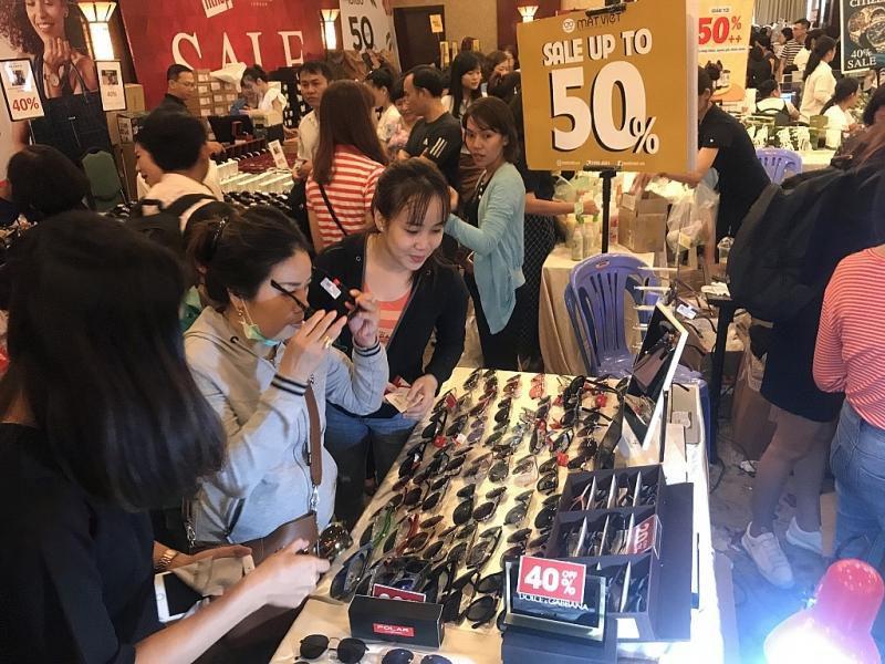 TPHCM: Chen chân mua sắm hàng hiệu tại ngày hội Black Friday sớm Ảnh 7