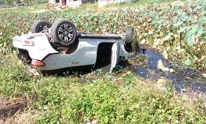 5 người thoát chết trong ôtô lật ngửa dưới ao sen Ảnh 1