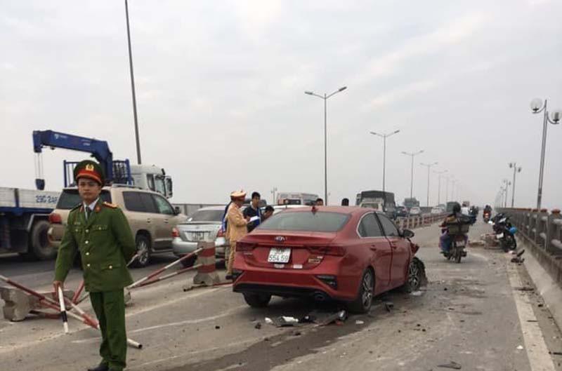 Hà Nội: Xe ô tô Kia 'đóng đinh' vào cột đèn, tài xế may mắn thoát nạn Ảnh 1