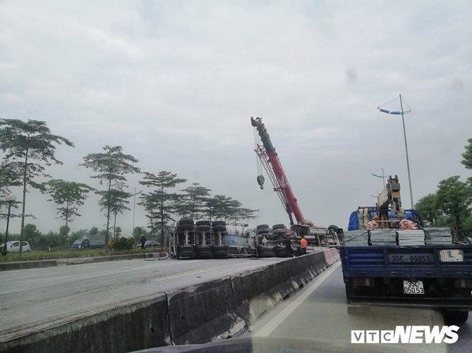 Xe tải lật chắn ngang đường 3 tiếng đồng hồ, đường lên sân bay Nội Bài ùn ứ Ảnh 1